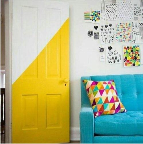 Portas de entradas coloridas. Porta bicolor, matade amarela e metade branca.