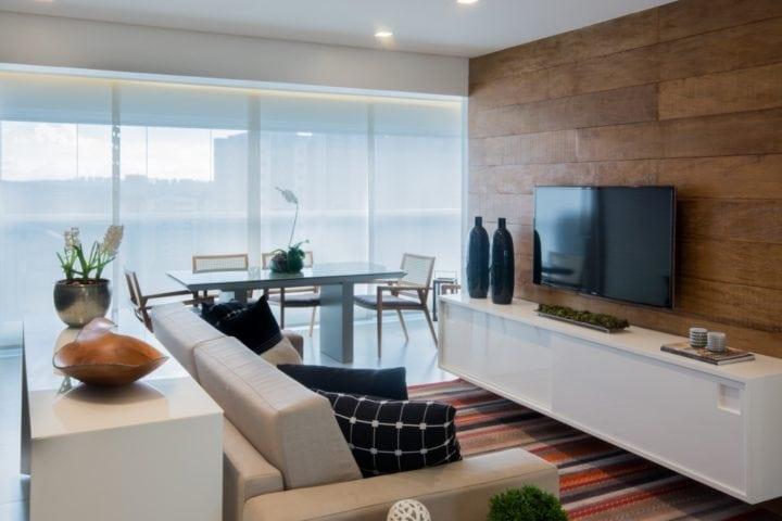 Varanda e sala do apartamento pequeno por Bordin&Soares