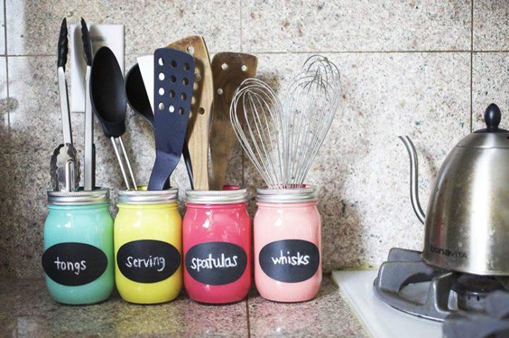 porta utensílios com vidros coloridos para ideias criativas e charmosas para a cozinha