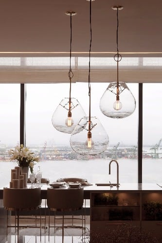 O Loft da Investidora, assinada pela arquiteta Ana Lúcia Jucá. Na foto, destaque para as luminárias pendentes Mush, assinadas pelo designer Jader Almeida.
