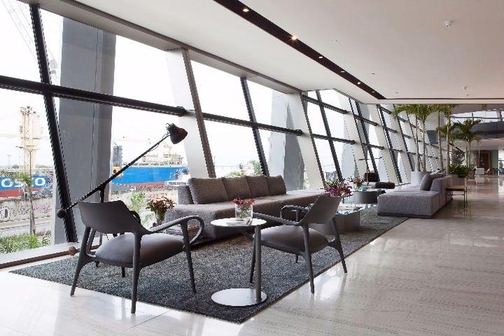 Design brasileiro no ambiente de Gisele Taranto, poltronas Celine e para a luminária de piso Arch, assinadas pelo designer Jader Almeida Casa Cor 2017
