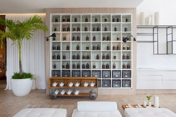 design brasileiro no O Spa Deca, assinado pela arquiteta Paola Ribeiro. Na foto, destaque para o rack Teca, assinado pelo designer Jader Almeida.