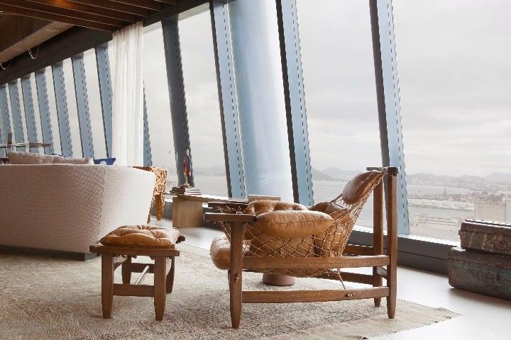 Design brasileiro O Espaço CoLab, assinado pela dupla de arquitetos Luiz Fernando Grabowsky e Paula Neder. Na foto, destaque para a poltrona Jangada, assinadas pelo designer Jean Gillon.