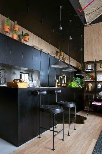 Design brasileiro nO Loft (U), assinado pelo Studio ro+ca. Na foto, destaque para a banqueta Torno, assinadas pelo designer Gustavo Bittencourt.