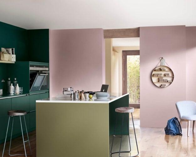 Cozinha com uma parede pintada pela cor de 2018 eleita pela Coral Tintas , Adorno Rupestre. Contraste com a outra parede pintada de verde.