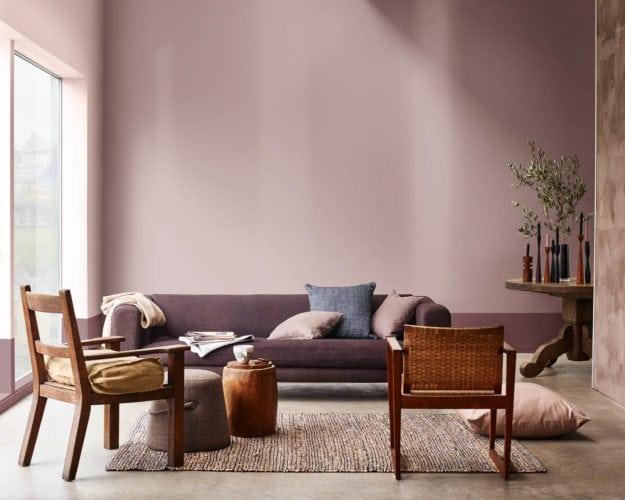 Sala de estar pintada com a cor de 2018 eleita pela Coral Tintas, Adorno Rupestre.