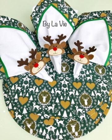 Sousplat , guardanapo e porta-guardanapo com tema de Natal para decorar a mesa.