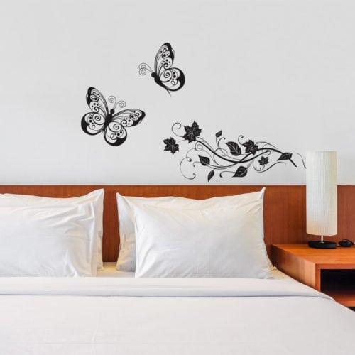 Adesivo de borboletas na cabeceira da cama.