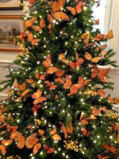 Árvore de Natal enfeitadas com borboletas.