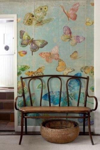 Hall de entrada com papel de parede com borboletas e fundo azul.