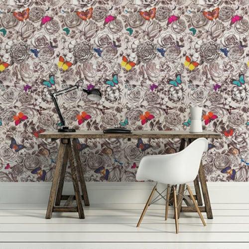 Papel de parede estampada com borboletas , na parede da bancada do escritório.