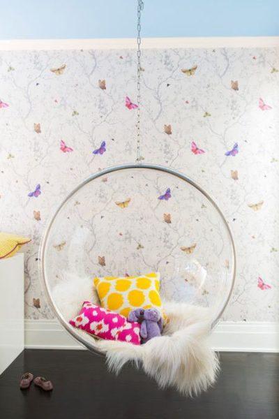 Papel de parede com borboletas e um balanço , decoram o quarto.