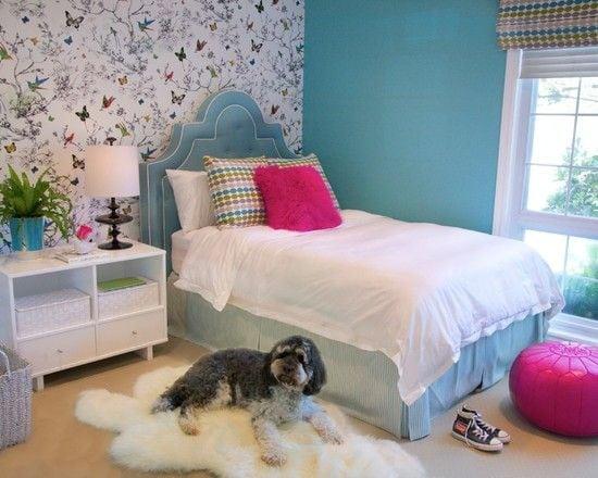 Quarto de menina com parede de fundo da cama com borboletas .