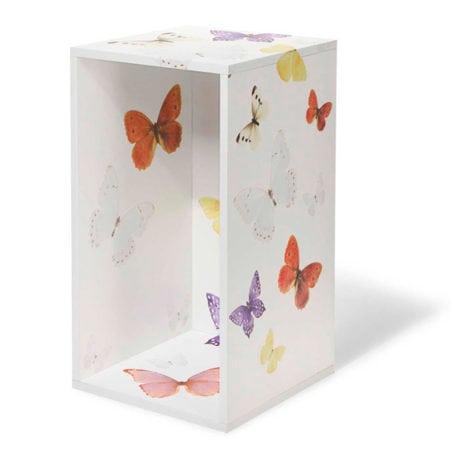Nicho branco adesivado com borboletas.