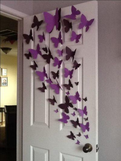 Borboletas enfeitando a porta do quarto.