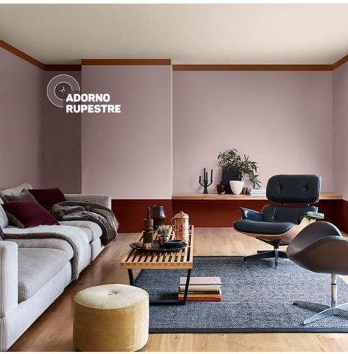Parede da sala pintada com a cor de 2018 eleita pela Coral Tintas, Adorno Rupestre.