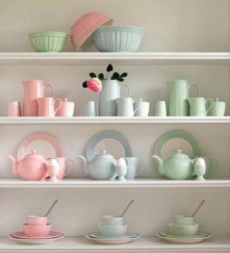 Coleção em tons pastel da linha de louça Alice , da marca dinamarquesa Greengate.