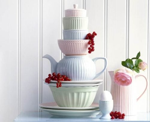 Tons pastel da linha de louça Alice , da marca dinamarquesa Greengate.