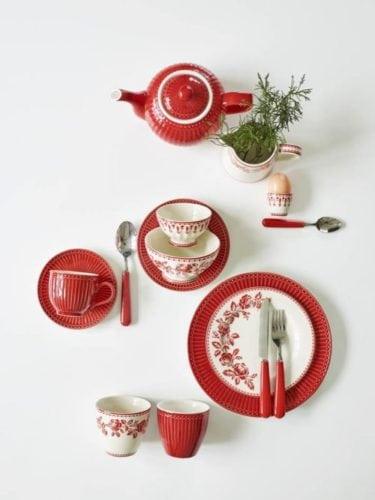 Louça da linha Alice e Fleur , em vermelho, na marca dinamarquesa Greengate.