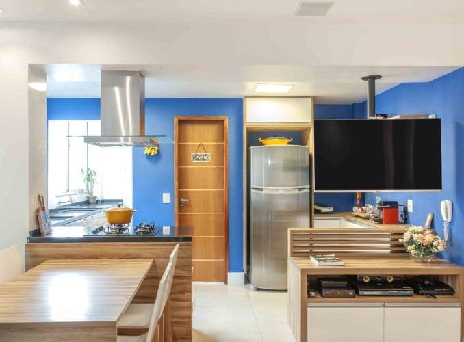 Cozinha integrada com a sala. Televisão com suporte giratório no teto, para poder assistir de todos os ambientes.