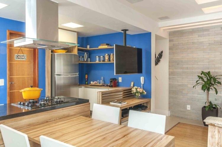 Cozinha pintada de azul e integrada na sala.