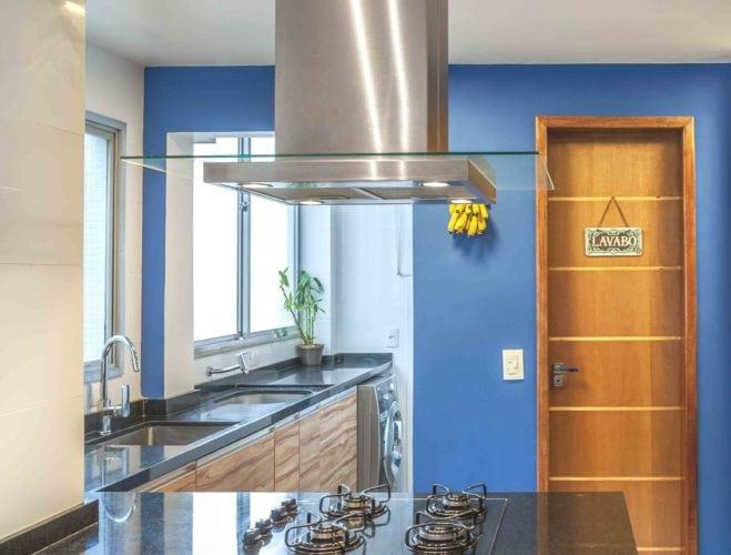 Cozinha com paredes pintadas em azul.