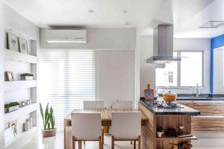 Apartamento com sala de jantar e cozinha integradas.