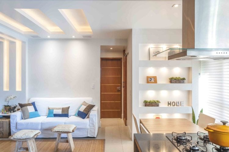 Apartamento com sala e cozinha integradas.