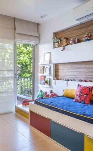 Apartamento otimizado, quarto de menino com nicho atrás da cama.