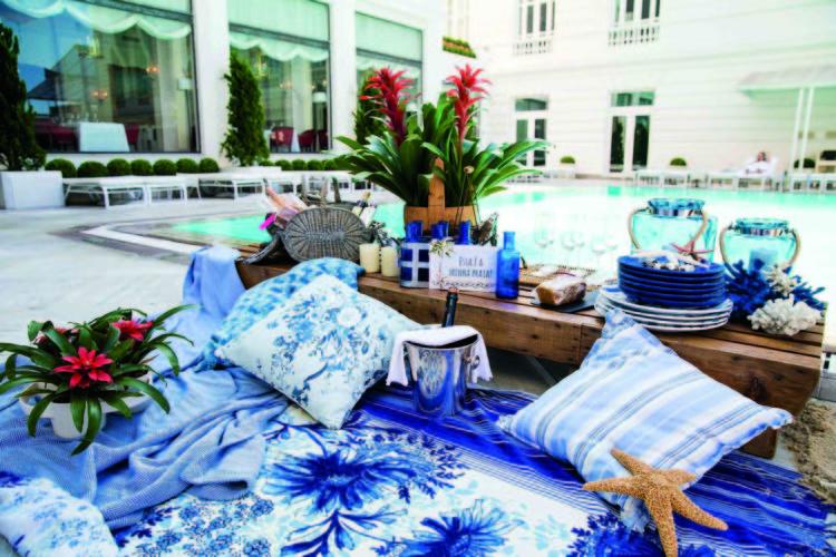 Inspirações para se criar mesas caprichadas. Mesa para almoça na beira da piscina, louças e copos em tons de azul.