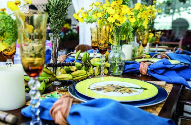 Inspirações para se criar mesas caprichadas, mesa com louça com desenhos de banana e decorada com flores amarelas