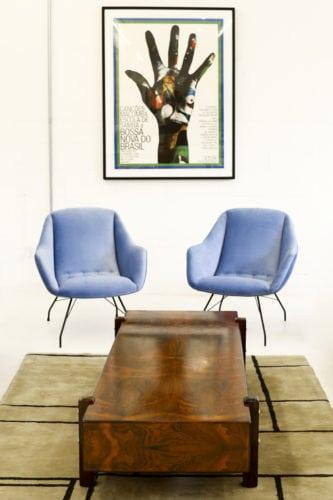Poltronas azuis da Galeria Thomaz Saavedra