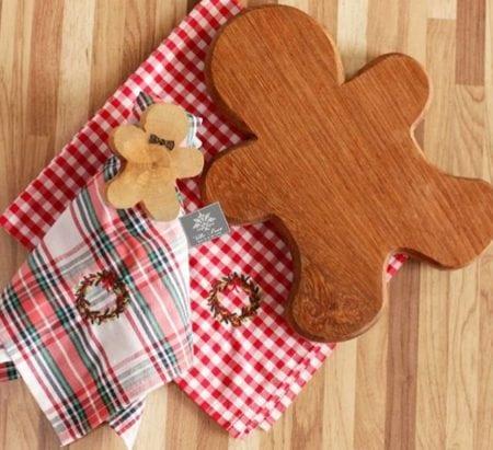 Guardanapo xadrez com guirlanda bordada e tabua e porta-guardanapo em forma de boneco para decorar a mesa de Natal.