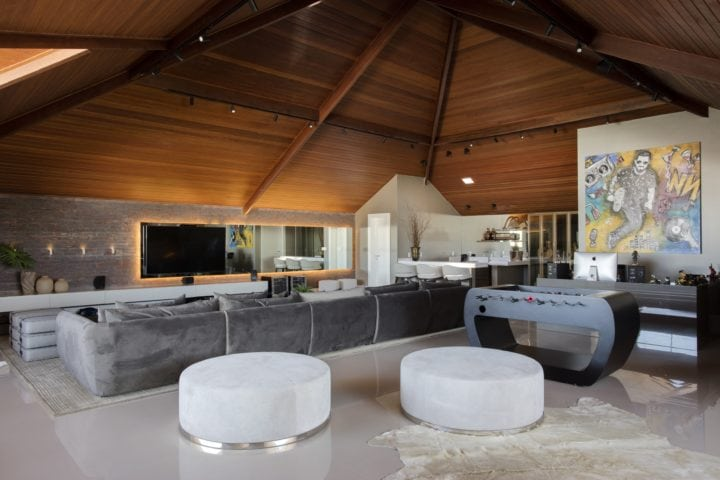O sótão da casa do DJ Dennis com projeto de Claudia Pimenta e Patricia Franco
