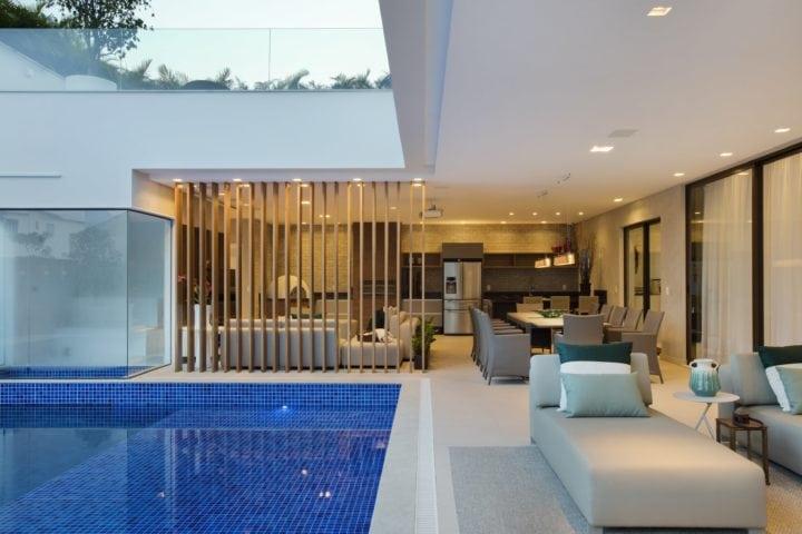 Piscina e area externa da casa do DJ Dennis com o projeto de Patricia Franco e Claudia Pimenta