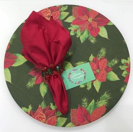 Sousplat e guardanapo para decorar a mesa de Natal.