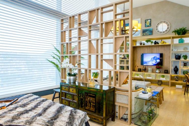 Painel criando uma divisória no ambiente da Casa Cor Rio, Loft do empresário Carioca.