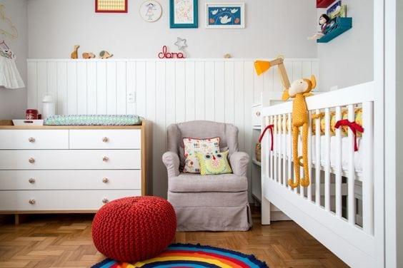 Decoração de quarto de bebe com lambri pintado de branco.