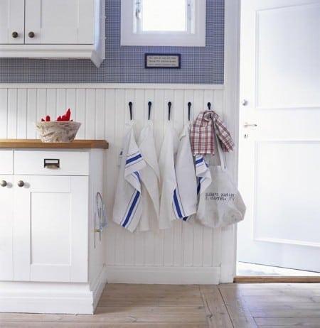 Lambri pintado de branco em meia parede na decoração da cozinha.
