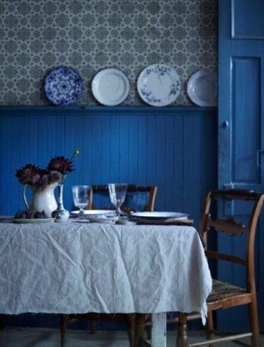 Decoração campestre. Copinha com lambri pintado de azul em meia parede.