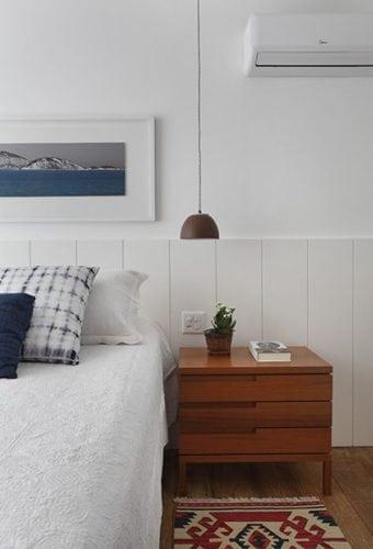 Decoração de quarto com cabeceira em lambri branco.