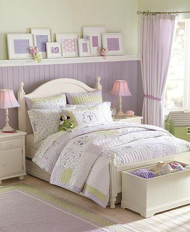 Decoração de quarto de menina, com lambri em meia parede pintado de lilás.