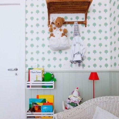 Decoração de quarto de bebe com lambri em meia parede.