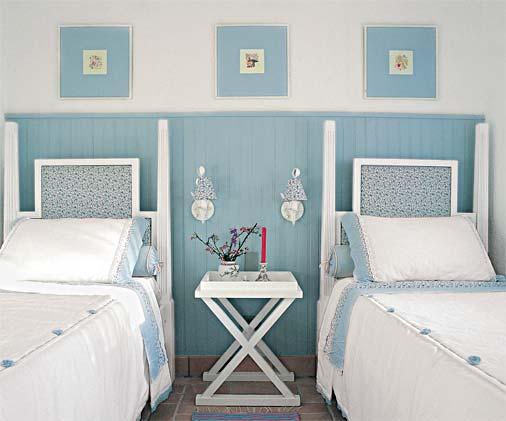 Decoração de quarto de menina, com lambri em meia parede pintado de azul.
