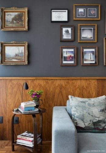 Decoração da sala com lambri em madeira.