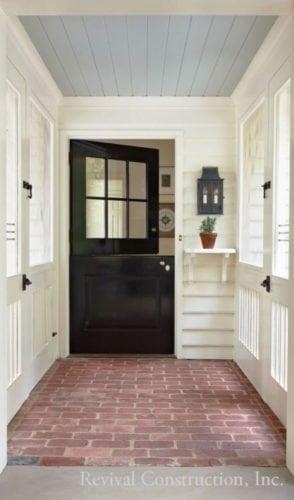 Hall de entrada , lambri revestindo o teto e pintado de azul.