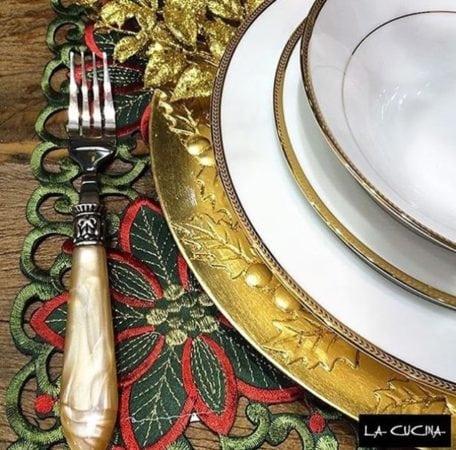 Mesa De Natla da La Cucina , loja de presentes. sousplat dourado e jogo americano verde e vermelho.