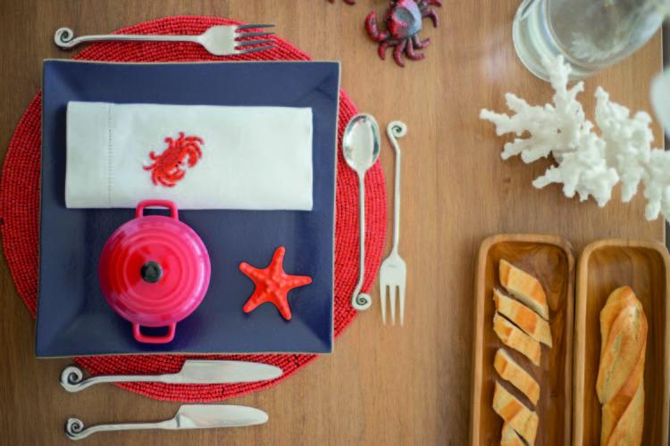 Inspirações para se criar mesas caprichadas, mesa com tema do Navy nas cores azul e vermelho.