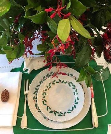 Mesa de Natal da Kasa57. Jogo americano verde, louça guirlanda. Mesa chique