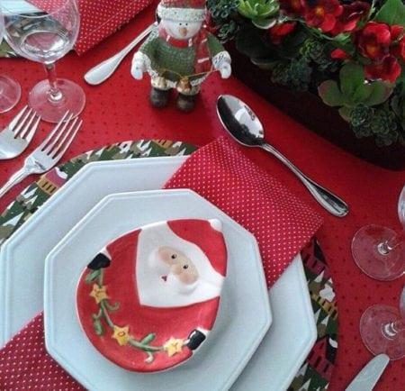 Mesa de Natal com toalha vermelha e potinho de papai noel.